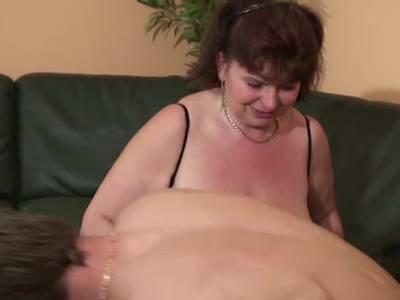 GILF bekommt Double Penetration beim Gruppensex