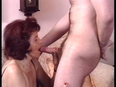 Heiße Granny wird anal gefickt