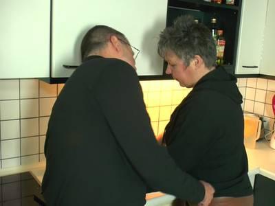 Heiße Oma lässt sich in der Küche in den Mund ficken