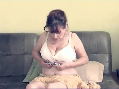 Mollige Oma mit dicken Titten liebt Selbstbefriedigung