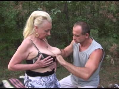 Oma lässt sich in unterschiedlichen Stellungen beim Outdoor Sex besteigen