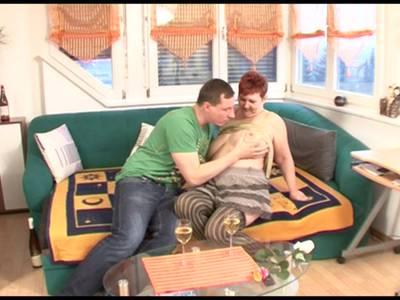 Rothaarige deutsche GILF wird in die rasierte Muschi gebumst