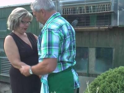 Versaute Oma lässt sich in Gärtnerei ficken