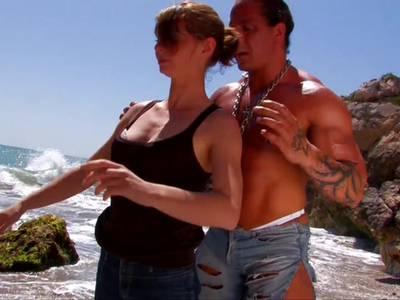 Versauten Rothaarige wird am Strand vom Trainer gefickt