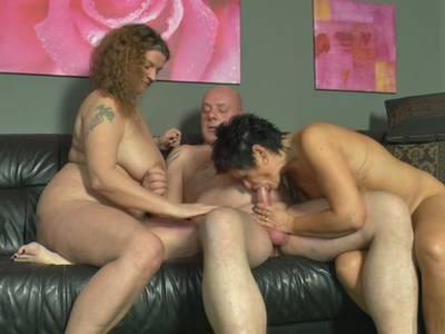 Beim privaten Gruppensex lassen sich die 3 Amateure das erste Mal filmen