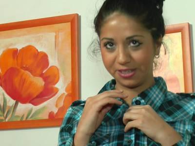 Heiße Chica mit rasierter Muschi beim Fingersex
