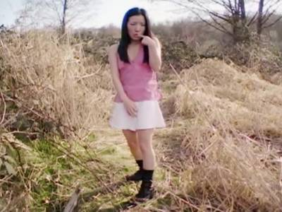 Junge Thai Girl verwöhnt sich im Unterholz