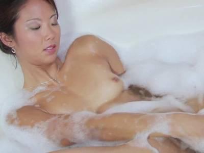 Geile Thai fickt sich mit einem Dildo in der Badewanne