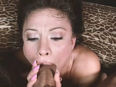 Scharfe Thai Schlampe bläst den dicken Penis bis zum Orgasmus