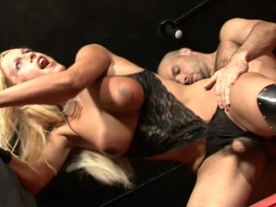 Blonde Transe mit prallen Titten lässt sich die Rosette durchficken